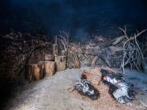 Les rondins d'arbre de châtaigne fournissent la chaleur pour sécher les châtaignes douces images libres de droits