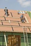 Les Roofers couvrent la nouvelle maison révisée Images libres de droits
