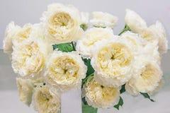 Les roses blanches avec le milieu vert est une sélection originale d'un grand bouquet en vente sur le marché de fleur Élite moder Image libre de droits