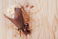 Les roses blanches et jaunes fleurit avec le cadeau de festival de valentine et le beau bouquet de tache floue et le mot d'amour  Images stock
