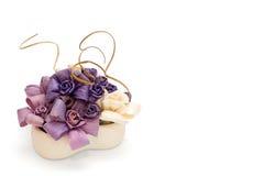 Les roses blanches et pourpres faites en maïs part dans le vase Image stock