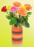 Les roses colorées fleurit dans un vase coloré vibrant image libre de droits