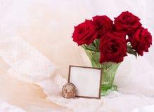 Les roses dans le vase avec le drapeau ajoutent Photographie stock
