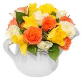 Les roses de fleurs (rouge, orange, jaune et blanc) roses colorées vibrantes dans une eau blanche peut, le fond d'isolement et bl Image stock