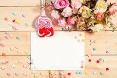 Les roses de ton de couleur en pastel fleurit et Empty tag pour votre esprit des textes Images stock
