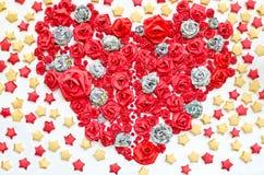 Les roses du papier dacorated à la forme de foyer et à l'arrière-plan d'étoile Images libres de droits