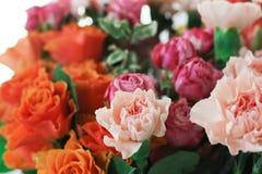 Les roses et les milieux d'oeillets Photos stock