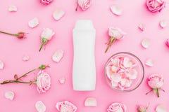 Les roses fleurit avec les pétales et le shampooing sur le fond rose Concept de femelle de beauté Configuration plate, vue supéri Photo libre de droits