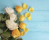 Les roses jaunissent sur un fond en bois de célébration de menthe Photo libre de droits