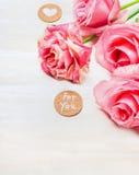 Les roses roses avec le coeur et le message pour vous sur le fond en bois blanc, se ferment  Photo libre de droits