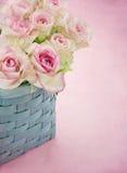 Roses roses romantiques rêveuses dans un panier Photo libre de droits