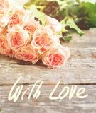 Les roses roses tendres, texte avec amour, ont modifié la tonalité l'image Photo stock