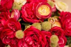 Les roses rouges sont avec le fond de mur de briques Image libre de droits