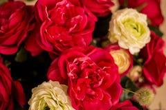 Les roses rouges sont avec le fond de mur de briques Images libres de droits