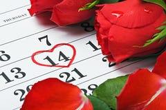 Les roses s'étendent sur le calendrier avec la date du 14 février Valentin Image stock