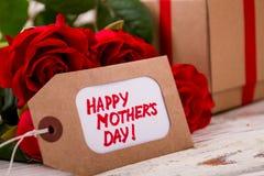Les roses s'approchent de l'étiquette de jour du ` s de mère Photo libre de droits