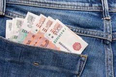 Les roubles russes d'argent dans des blues-jean empochent comme image de vue supérieure Photos libres de droits