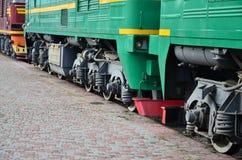 Les roues d'un train électrique russe moderne avec des amortisseurs et des dispositifs de freinage Le côté du Ca Photos stock