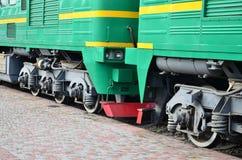 Les roues d'un train électrique russe moderne avec des amortisseurs et des dispositifs de freinage Le côté du Ca Image libre de droits
