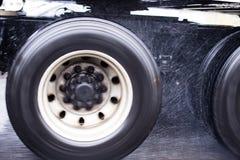 Les roues de la grande installation troquent semi le fonctionnement dans la poussière de pluie Image libre de droits