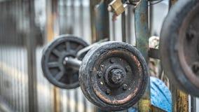 Les roues du chariot sur la barrière At Sidewalk en métal images stock