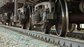 Les roues du vieux train sur la voie de chemin de fer passant par l'appareil-photo Fermez-vous vers le haut du tir banque de vidéos