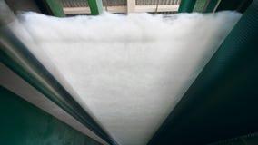 Les rouleaux d'usine pressent l'ouate en feuille blanche de polyester dans une couche mince clips vidéos