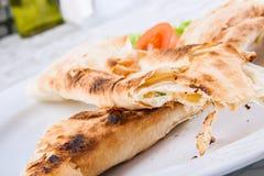 Les rouleaux rôtis de lavash de pain ont rempli du fromage Photographie stock libre de droits