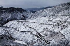 Les routes célèbres de montagne de zigzag Image stock