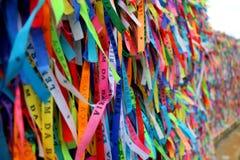 Les rubans colorés devant Senhor font l'église de Bonfim dans Salvador, Bahia au Brésil Photos libres de droits