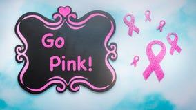 Les rubans et le tableau de conscience de cancer du sein disparaissent roses images stock
