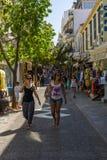 Les rues étroites d'achats d'une ville de touristes Agios Nikolaos d'élite côtière Photos libres de droits
