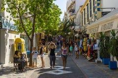 Les rues étroites d'achats d'une ville de touristes Agios Nikolaos d'élite côtière Photo libre de droits