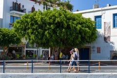 Les rues étroites d'achats d'une ville de touristes Agios Nikolaos d'élite côtière Images stock