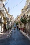 Les rues étroites d'achats d'une ville de touristes Agios Nikolaos d'élite côtière Image libre de droits
