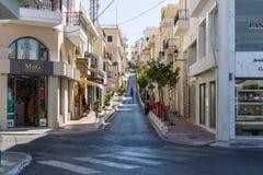 Les rues étroites d'achats d'une ville de touristes Agios Nikolaos d'élite côtière Photo stock