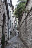 Les rues étroites de la vieille ville de Kotor attirent toujours des touristes Images stock