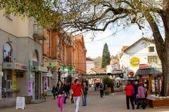 Les rues de la ville en automne - Vrnjacka Banja, Serbie photo libre de droits