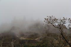 Les ruines antiques en brouillard dense Photo stock
