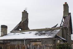 Les ruines d'un petit pavillon isolé qui a été détruit récemment par un incendie dévastateur et attend la démolition photographie stock
