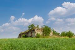 Les ruines d'un vieux bâtiment dans le pré Photos stock