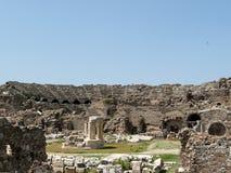 Les ruines de l'amphithéâtre romain antique dans le côté Image libre de droits