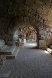 Les ruines de l'amphithéâtre romain antique dans le côté Image stock