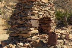 Les ruines de la cheminée en pierre dans le désert de Joshua Tree National se garent Images stock