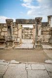 Les ruines de la synagogue blanche en Jesus Town de Capernaum, Israël Image libre de droits