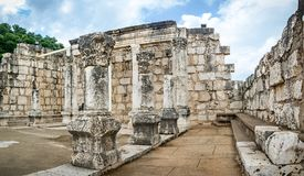 Les ruines de la synagogue blanche en Jesus Town de Capernaum, Israël Photo stock
