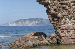 Les ruines de la tour émerge de la mer Image libre de droits