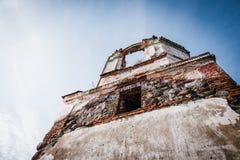 Les ruines de la vieille église abandonnée en Lithuanie Seigneur de Rudamina d'église de conversion Image stock