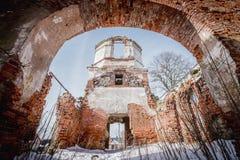 Les ruines de la vieille église abandonnée en Lithuanie Seigneur de Rudamina d'église de conversion Photographie stock