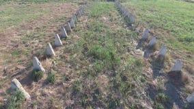 Les ruines de la vieille ferme Base de colonne de cônes du mur Bâtiments abandonnés et ruinés banque de vidéos